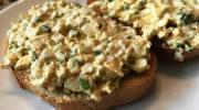 Тост с рубленым яйцом и зеленым луком