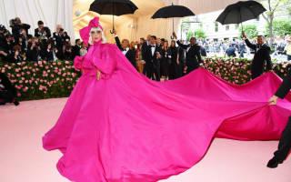 Певица Леди Гага разделась на Met Gala в Нью-Йорке