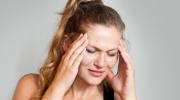 Почему болит голова перед месячными?