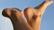 Почему постоянно потеют ноги и руки?