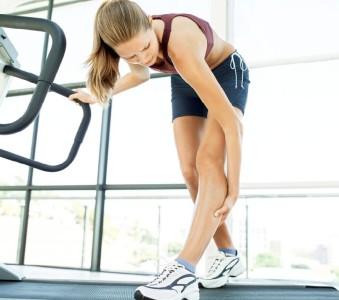 Болят икры ног (правой, левой) при ходьбе: причины тяжести и жжения