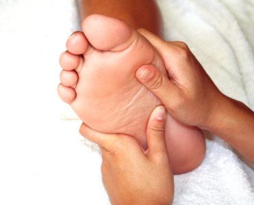 Боли в пятках по утрам при ходьбе: причины и что делать
