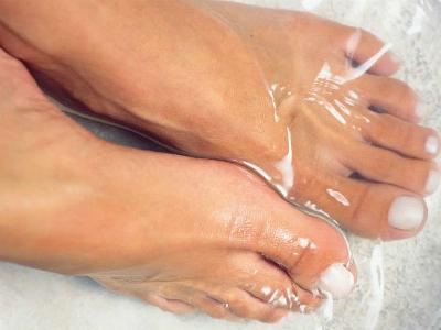 Треснула кожа между пальцами ног чем лечить