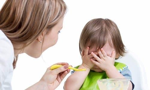 При обострении заболевания ребенок постоянно плачет и теряет аппетит