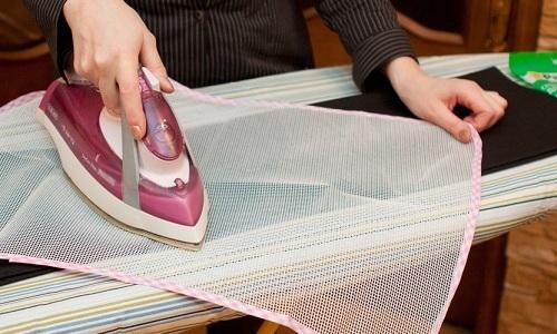 Нельзя допускать контакта утюга без функции парообразования с тканью. Поэтому надо приготовить защитный материал