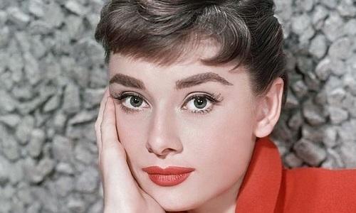 Одри Хепберн снялась в 32 фильмах, получила 2 Оскара и была поставлена на 3 место в списке 100 величайших киноактрис за 100 лет