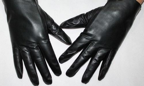 Загрязнения портят кожу, поэтому надо знать, как почистить кожаные перчатки в домашних условиях