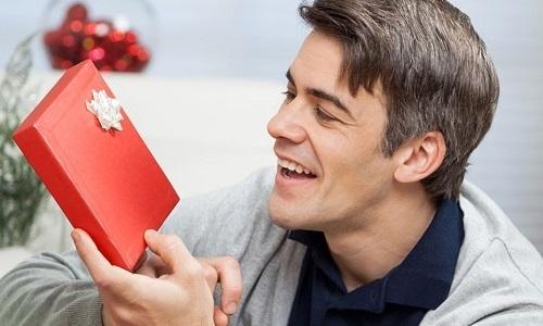 Подарить отцу можно парфюм, автомобильный аксессуар, памятный сувенир