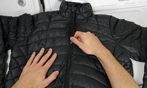 Услуги специалистов обойдутся в половину стоимости зимней пуховой куртки или пальто, поэтому хозяек часто интересует как почистить пуховик дома