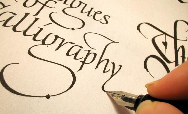 Красивый каллиграфический почерк перьевой ручкой.