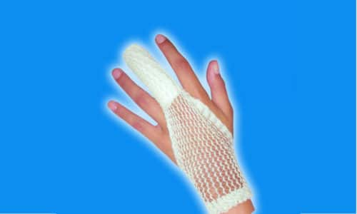 Когда возникает нужда зафиксировать повязку в районе лучезапястного сустава, следует взять отрезок бинта на 3-4 см больше, чем составляет расстояние от самого кончика пальца до сустава