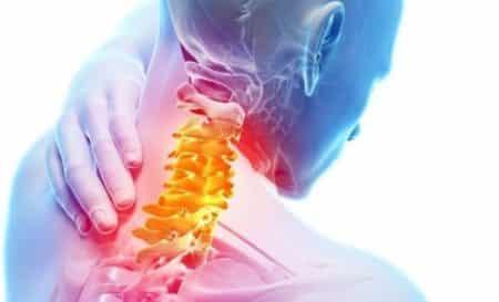 Хрустит шея при повороте головы и болит: причины, что делать?