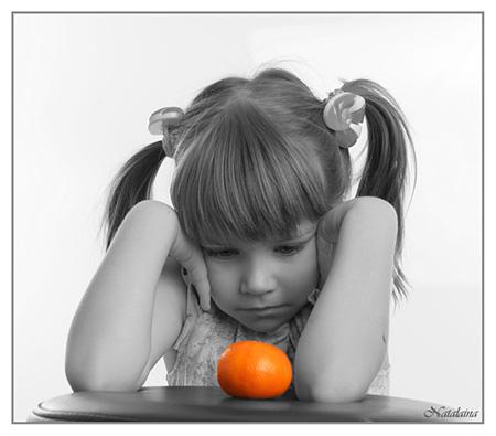 Девочка и мандарин!