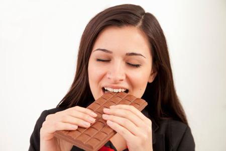 Ест шоколадку!