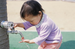Недостаточное потребление жидкости - причина запоров у детей