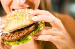 Неправильное питание матери-причина запоров у ребенка