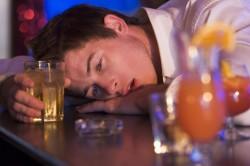 Злоупотребление алкоголем - причина запаха мочи