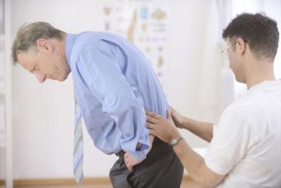 Болит копчик когда сидишь и встаешь: что делать, как лечить?