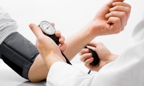 При тяжелой степени заболевания у человека резко падает давление.