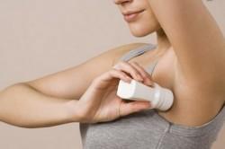 Использование дезодорантов для устранения запаха пота