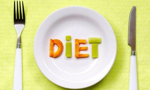 В первые дни при панкреатите нужно голодать, а затем начинать питание с легкой пищи