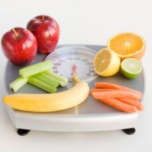 фрукты и овощи на весах
