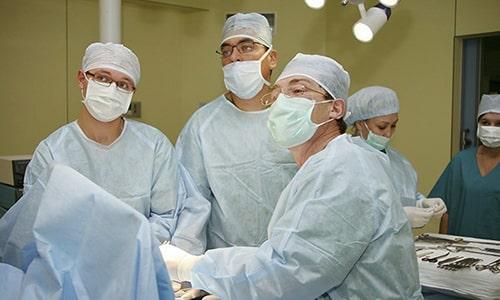 Хирургическое вмешательство заключается в удалении грыжевого мешка и вправлении внутренних органов