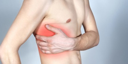 Боль (колит, ноет, давит) в левой части грудной клетки (грудины): причины, что делать?