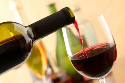 Частое употребление красного вина - причина мелены