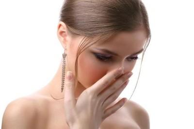 Неприятный запах мочи у женщин: причины почему она плохо пахнет