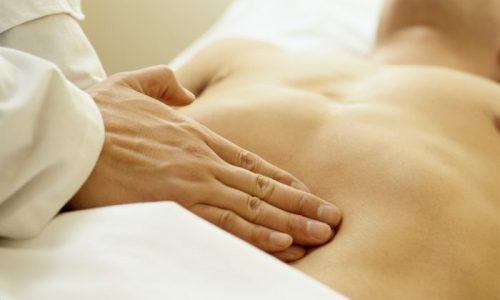 При пальпации врач выявляет уплотнение в области воспаленной железы