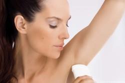 Применение дезодоранта для подмышек