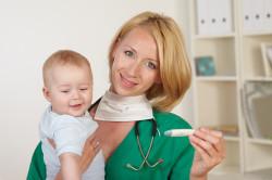 Осмотр ребенка врачом перед прививкой
