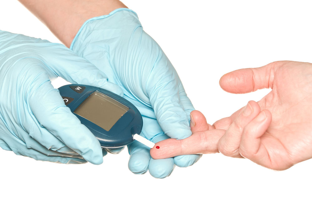 палец и глюкометр