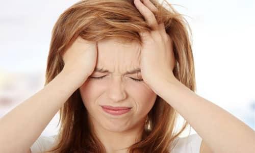 Если грыжа находится в шейном отделе, возникает сильная головная боль
