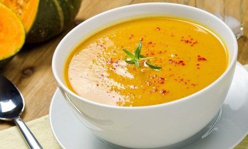 Готовят супы-пюре из разрешенных при панкреатите овощей, куриного филе, нежирных сортов рыбы