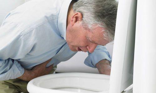 При копростазе человек отказывается от пищи, страдает тошнотой и рвотой