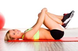 Выполнение упражнений на спине при запорах