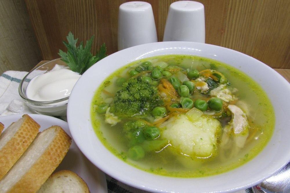 Мясной бульон с цветной капустой и брокколи